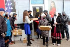 Jenifer Rajkumar asambleísta del distrito 38 y Zara Realty Foundation entregan Chromebooks