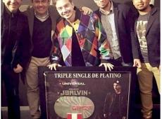 """J Balvin recibió en Backstage Triple Single de Platino por éxito de """"Ginza"""" en Perú."""