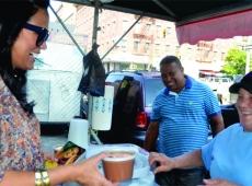 Celines Toribio recorre las calles del alto Manhattan. Los dominicanos de la diáspora le dan calurosa bienvenida.